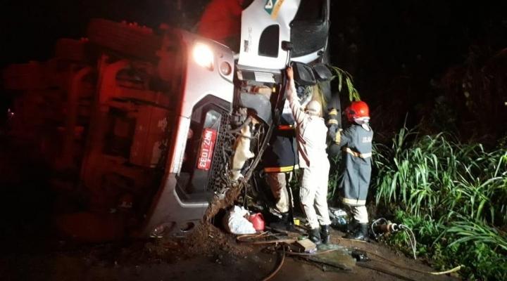 #Caminhão carregado com carne tomba e motorista fica ferido