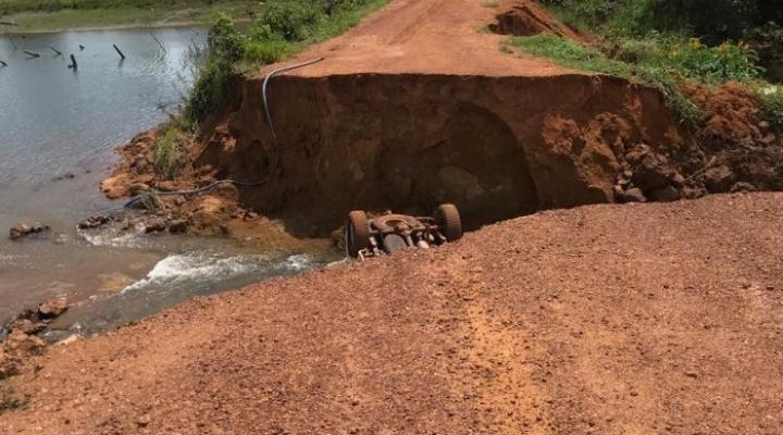 #Caminhonete cai em cratera de estrada vicinal