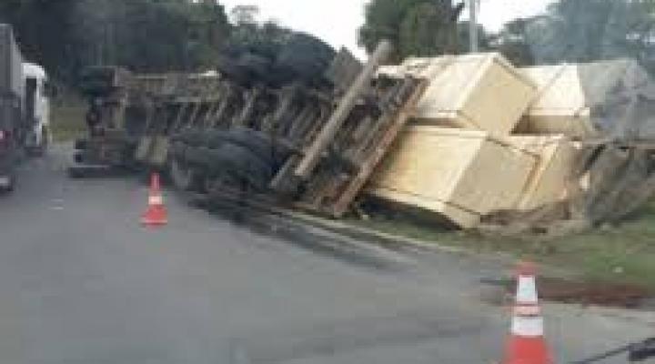 #Motorista morre ao tombar carreta na Serra de São Vicente