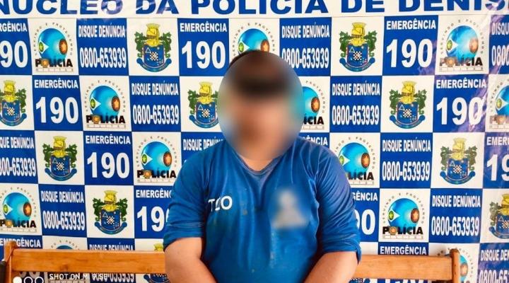 #Funcionário público é detido por tomar banho nu e se depilar no quintal de casa sem muro em MT