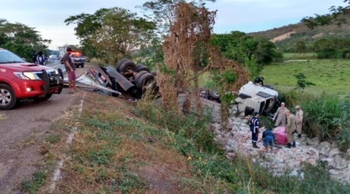 #Dois morrem em colisão entre caminhonete e caminhão na BR-364
