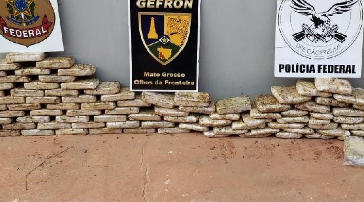 #Duas pessoas são presas com quase 100 kg de droga em fundo falso de caminhão em M