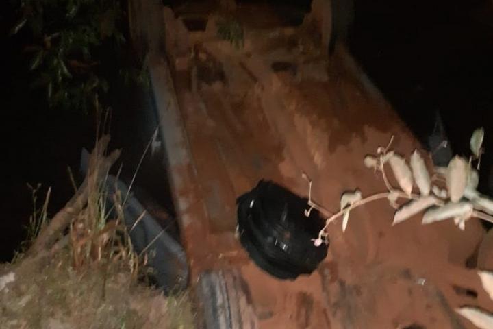 Carro com 3 pessoas cai de ponte e vítimas são resgatadas por bombeiro que passava pelo local em MT