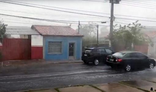 Ventos fortes com chuva de granizo derrubam árvores e causam estragos em Cuiabá