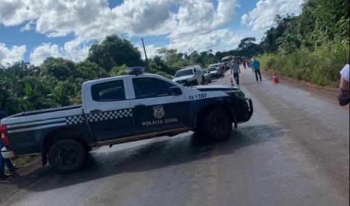 Pá carregadeira tomba em rodovia e mata trabalhador em Juína