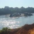 Carreta bitrem carregada com calcário cai em rio em MT