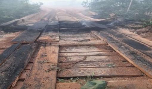 Vândalos ateiam fogo em ponte de madeira  que dá acesso a Conselvan