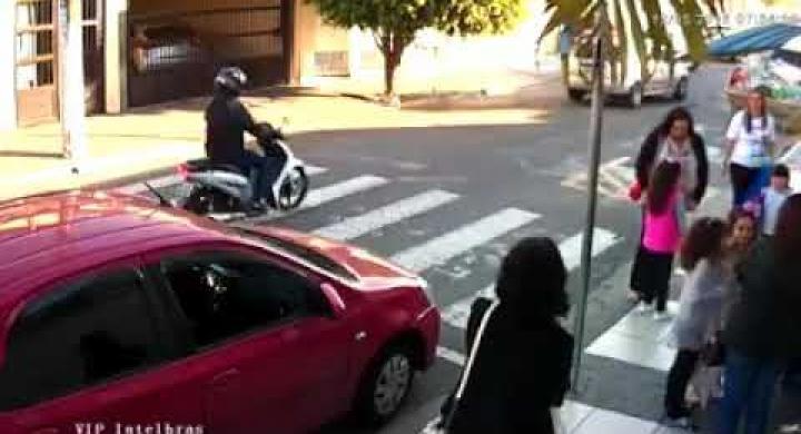 #Mãe reage a assalto e atira em assaltante